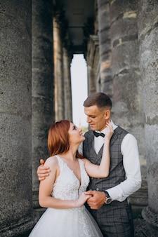 外で若いカップルの結婚写真セッション