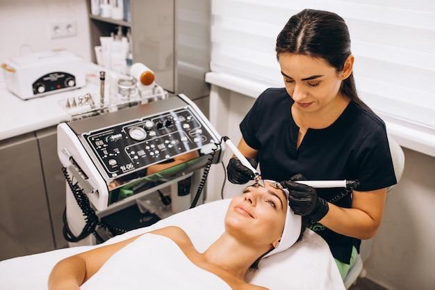 Женщина делает косметические процедуры в салоне красоты