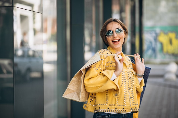 市内の買い物袋を持つ若い女