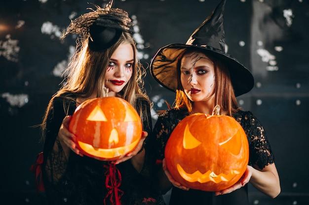 ハロウィーンの衣装で二人の女の子