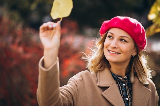 公園の外の赤いバレットの若いきれいな女性