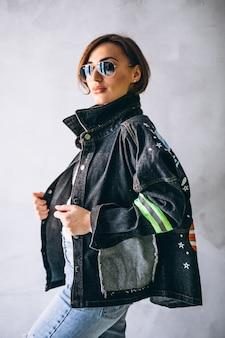 冬の布を示す女性モデル