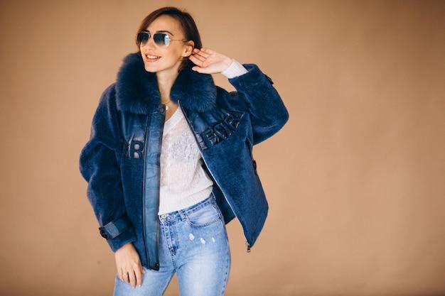 Модель женщины демонстрирует зимнюю одежду