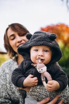 Мать с маленьким сыном, пикник на заднем дворе