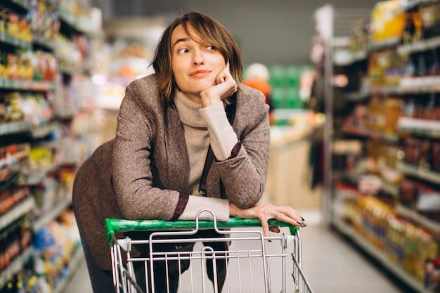 Женщина, покупки в продуктовом магазине