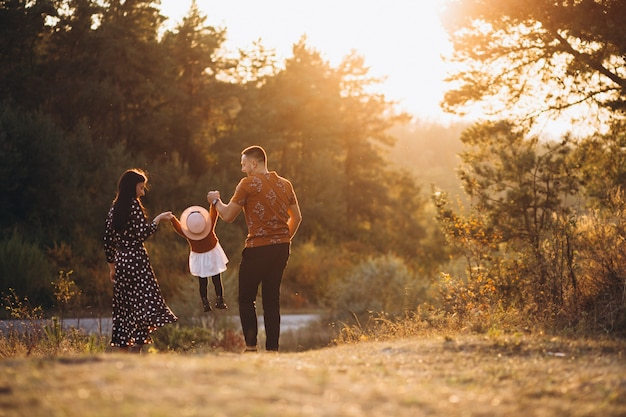 Семья с маленькой дочкой в осеннем поле