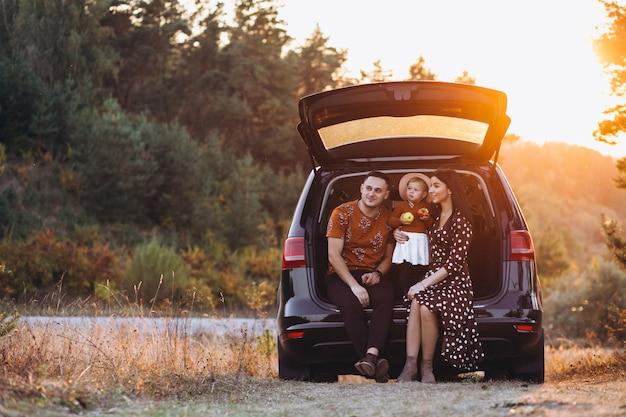 車で旅行する小さな娘と家族