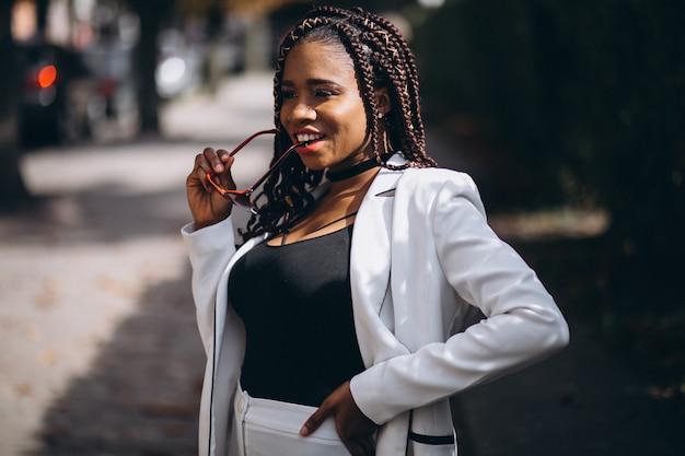Молодая африканская женщина в белом костюме на улице
