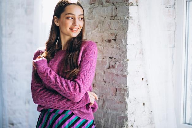紫色のセーターとスカートで美しい女性