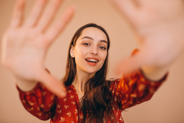 フレームのように作られた手の後ろの女性の肖像
