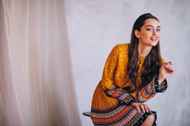 美しい黄色のドレスの若い女性