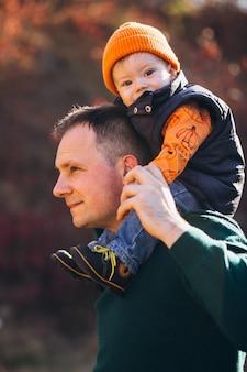 Отец с сыном в осеннем парке