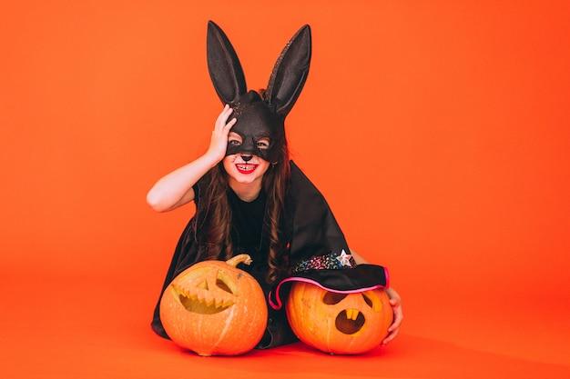 Милая девушка, одетая в костюм хэллоуина в студии