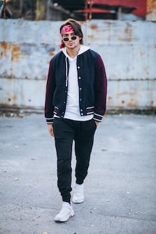 Красивый стильный мужчина в городской одежде