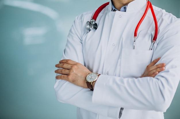 聴診器で医療ローブで若いハンサムな医師