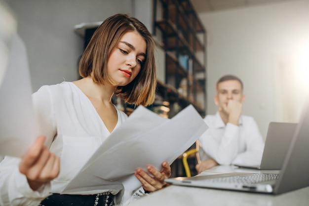 Коллеги женского и мужского пола, работающие в офисе