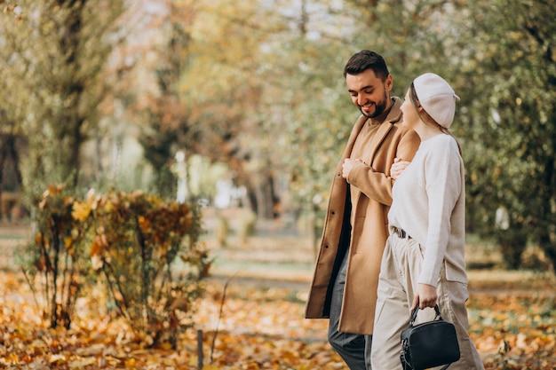 秋の公園で一緒に若いカップル