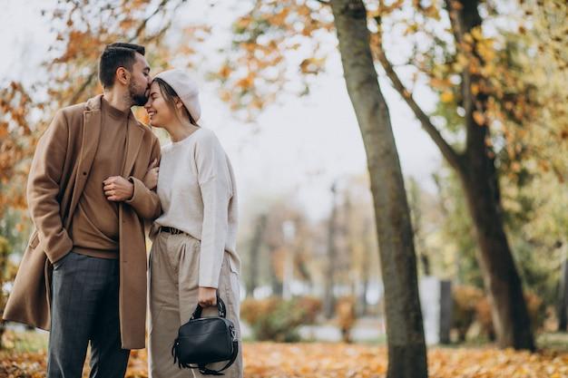 Молодая пара вместе в осеннем парке