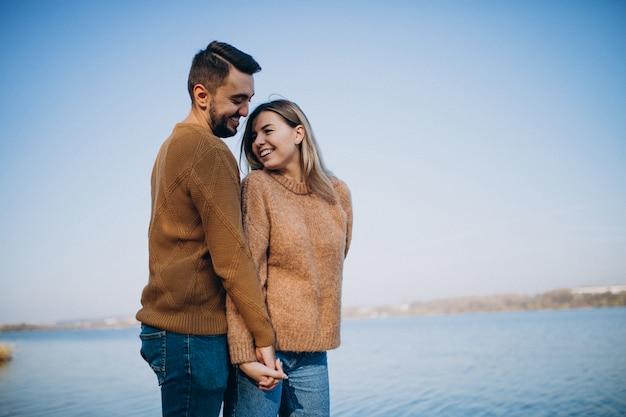 Молодая пара в парке стоял у реки