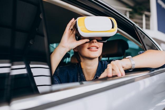 Женщина сидит в машине в очках