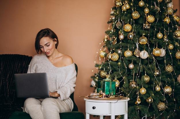 Женщина, покупки в интернете на рождественские продажи