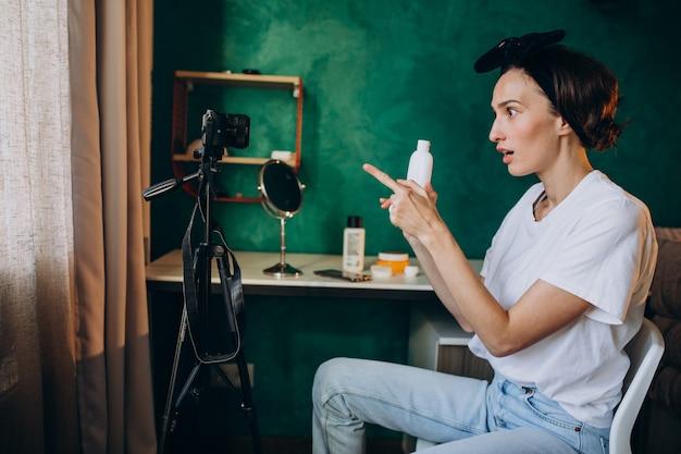 Женщина-красавица влоггер снимает влог про кремы