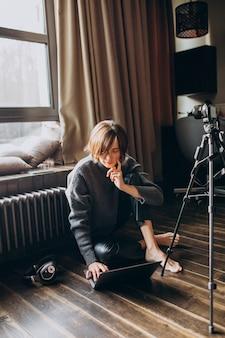 彼女のチャンネルの新しいビデオブログを撮影する女性ビデオブロガー