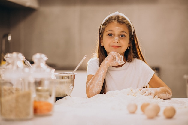 Милая маленькая девочка, выпечки на кухне