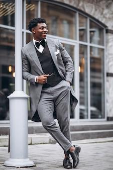 Молодой африканский бизнесмен в стильном костюме