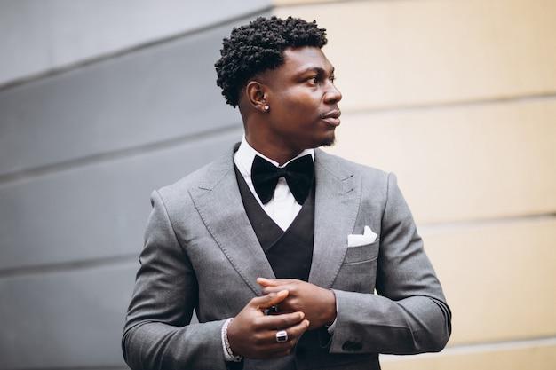 上品なスーツの若いアフリカの実業家