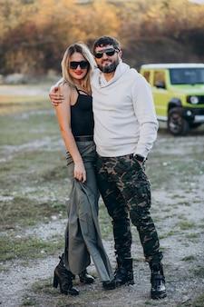 Молодая пара, путешествующая на машине, остановилась на прогулке в парке