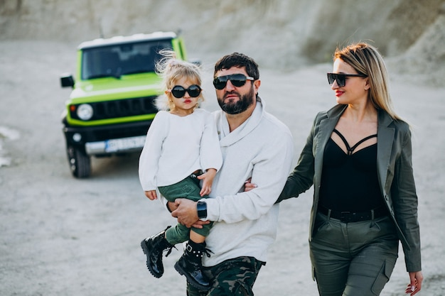 車で旅行する小さな娘と若い家族