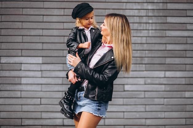 通りの外の彼女の小さな娘を持つ母