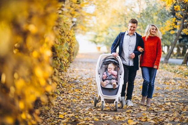 秋の公園を歩いて赤ちゃん娘と家族
