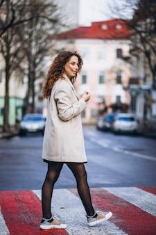 横断歩道で若いきれいな女性