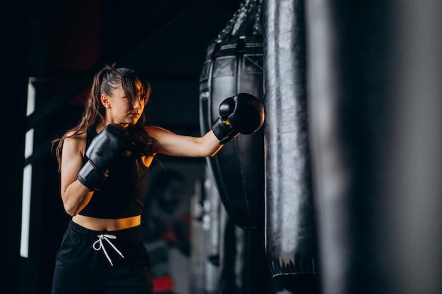若い女性ボクサー、ジムでトレーニング