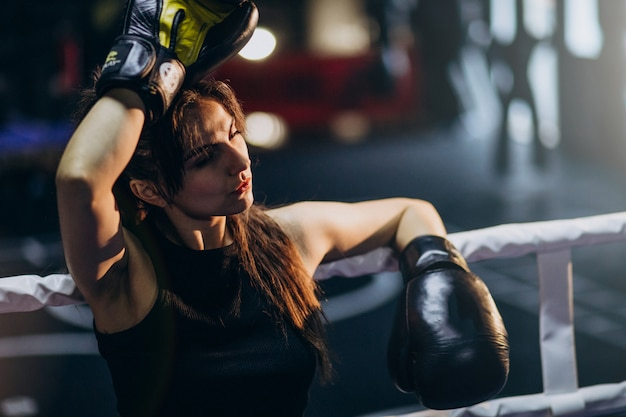Тренировка боксера молодой женщины на спортзале