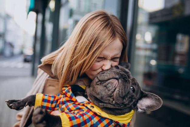 若い女性が彼女の犬と一緒に買い物フレンチブルドッグ