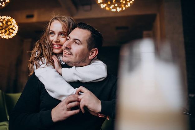 Пара обниматься и сидеть вместе в кафе