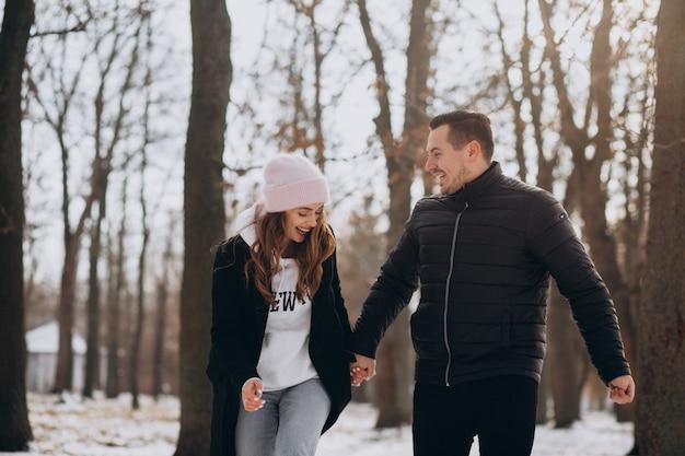Молодая пара вместе в зимнем парке на день святого валентина