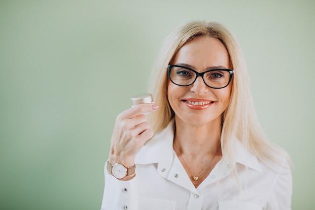 アンチエイジングクリームを使用して大人の女性