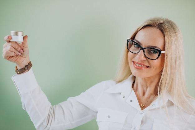 Взрослая женщина, используя анти старения крем