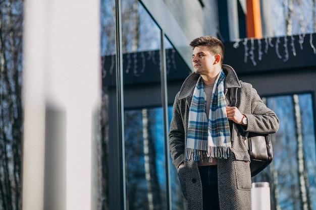 Молодой красавец путешественник с помощью телефона снаружи