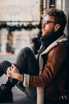 Портрет молодого красивого бородатого мужчины