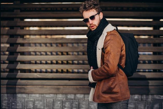 バッグと一緒に旅行若いハンサムな男