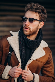 通りの衣装で若いハンサムな男