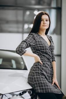 車を選択する車のショールームで若い女性