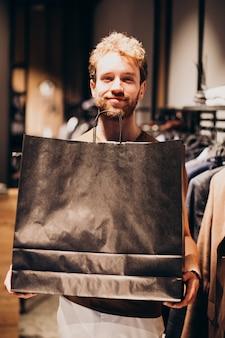若い男が紳士服店で買い物