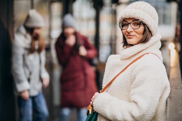 Трое студентов в зимнем наряде на улице