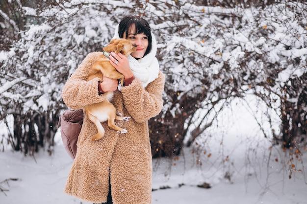 彼女の小さなかわいいペットの犬と一緒にきれいな女性